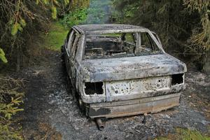 Efter en knapp mils flykt tände rånarna på den vita Volvo som användes vid rånet i Töcksfors.