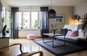 Den nya lägenheten har också öppen planlösning. Barnen har var sitt sovrum och Johanna och Oliver gör om vardagsrummet till sovrum på kvällen. Det tog lång tid att hitta den perfekta bäddsoffan. Paret ville hitta en med enkel design och som lätt skiftade mellan säng och soffa.