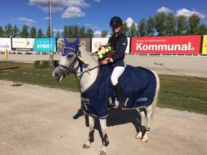 Stina Jonsson med sin D-ponny Jolly Jumper.