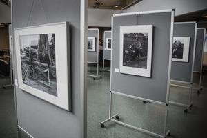 Utställningen pågår från 1 juni till 28 juli och innehåller svartvita fotografier från 1850-talet. De sista bilderna som ställs ut är tagna från 1960-talet.