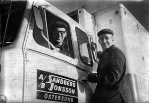 De båda kompanjonerna Ruben Sandberg och Kurt Jonsson körde själva under många år sina långtradare mellan Östersund och Stockholm. Foto: Okänd