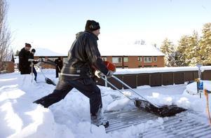 Snöskottning på Bromangymnasiet i helgen.