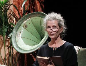 Marie Lundblom i Teater Äsch läser texter under en tidigare tesalong.