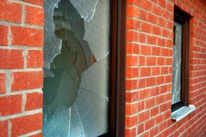 Totalt har 14 rutor krossats på Ljustorps skola. Det mesta tyder på att det var två barn som av någon anledning gett sig på rutorna.