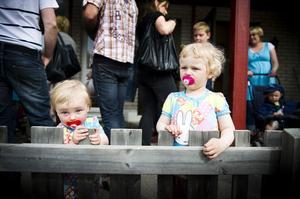 Lina och Tilda Modig, 1,5 år respektive 3 år, spanade in bollspelet när föräldrarna handlade på förskolans basar.