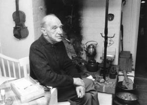 Dalerik på 75-årsdagen i januari 1981, som vanligt med pipan i munnen. Här ses han i sin silversmedja på Nedre Bergsgatan 11.