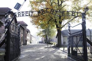 Porten in till koncentrationslägret Auschwitz i den polska byn Oswiecim. Här och i systerlägret Birkenau, eller Auschwitz 2, mördades en miljon judar och hundratusen polacker, ryssar och andra av nazisterna.