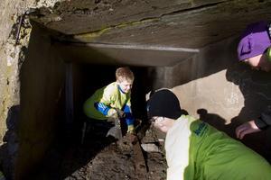 Och vad är det här då? David Gustafsson, Johan Gustafsson och Theo Svensson har krupit in under muren.