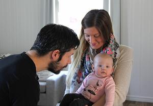 Familjen är samlad – pappa Pär, mamma Cajsa och lilla Olivia