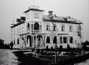 Till vänster skymtar Olof Johansson i helfigur vid sitt eget hus, där han även hade sitt byggmästarkontor.