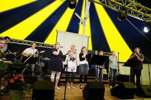 Gruppen Blessed inledde kvällen med att sjunga flera sånger, bland annat fick publiken vara med och sjunga i en lovsång.