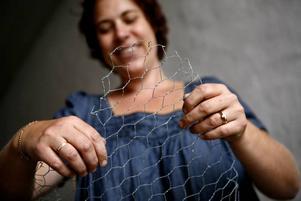 Formbart. En stomme av hönsnät klipper och böjer Cecilia Sjöstrand till av hönsnät. Det här ska bli ett hjärta.
