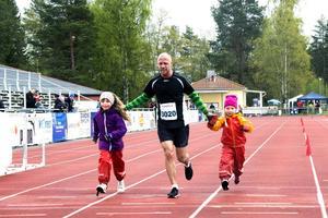 Ronnie Engstrand från Östersund sprang i mål som trea i herrklassen (halvmarathon) tillsammans med döttrarna Kerstin i lila och Astrid i orange.