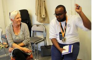 Ann Reshagen och Abdira Shid Daud under grupparbetena.  Han är styrelsemedlem i Somaliska Kultur- och utvecklingsföreningen.