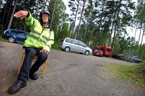 Väntstolen. Ove Andersson vinkar in folkracebilen till starten. Det är hans tur att köra några varv.