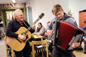 Ragnar Svegare och Måns Hellström stod för underhållning när fiket firade fem år