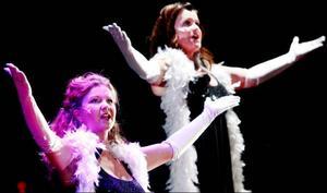 Camilla Karlsson och Anna Brandt i en vanligt förekommande diva-pose.