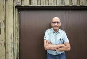 Sedan tjuvarna hittat hans bilnycklar stal de också Roger Wallins bil. Garaget var tomt när han kom dit.