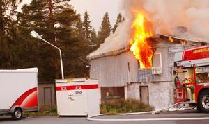 Fyra brandbilar var på plats och 15 brandmän arbetade med att hindra branden från att sprida sig.