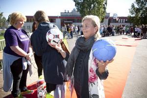 """Stolt. Biträdande rektorn Ulla Hägglund var strålande glad när hon i går äntligen fick inviga nyrustade Stora Sätraskolan. """"Vilken dag! Skolan har blivit fantastiskt fin och jag känner mig stolt över vår fina multiarena"""", säger Ulla Hägglund."""