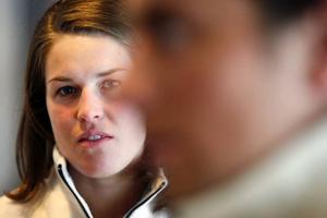 Maria Pietilä-Holmner och pojkvännen Hans Olsson, i förgrunden, under gårdagens presskonferens.