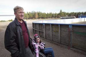 Sune Nilsson, med dottern Moa i sällskap, samlar in pengar för en bronsstaty till Camp Igge.