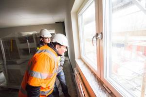 Anders Löfberg och Jan Näslund blickar ut över Dalälven från fjärde våningen på Annexgatan.