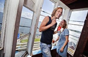 FIN UTSIKT. Göteborgsparet Calle Bauman och Hanna Nordenson gillade utsikten från Böna fyr. I dag påbörjas renoveringen av den gamla fyren från 1840.