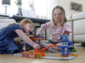 """GODA VÄNNER. Systrarna Alice och Lovisa Josefsson är bästa kompisar och leker ofta tillsammans. Nu när snön                                        är borta brukar de cykla i väg till lekparken och gunga. """"Jag har en rosa cykel, den är jättefin"""", säger Lovisa."""