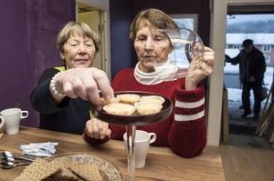 Lidendamerna Gunnel Pettersson och Birgitta Söderqvist är nöjda över sin nya mötesplats och tar varsin cup cake till kaffet.