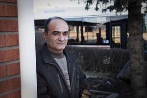 Plågad. Khalid Akrawi menar att bussar och lastbilar skadar hans hus. När de far förbi får det hela villan att vibrera och sprickor har upptäckts i tegelfasaden.foto: daniel gustafsson