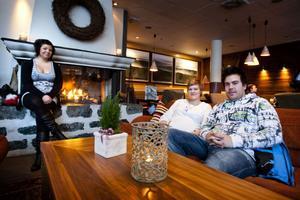 Sanna Kvist, Maria Eriksson och Mange Andersson gillar sitt Fredriksberg – och vill helst av allt bo kvar på orten. Bristen på jobb gör dock att Maria och Mange har börjat överväga att flytta.