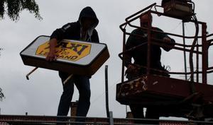 Taxi Leksand fick ta ner skylten när man förlorade Dalatrafiks upphandling. Foto: Christian Larsen/Arkiv