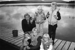 Ort: Bergsjö   Rubrik: Hoppas få 40 första natten.   Bildtext: Kräftfisket i Grännsjön, Bergsjö. främre raden fr. v. : Niklas Larsson, Åsa Larsson och Lisa Östlund. Bakre raden fr.v. Göran Larsson, Henrik Larsson och Jonas Östlund.