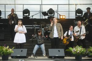 Ellinore Holmer och Theresia Widarsson sjöng medan Maja Karlsson dansade och Mats
