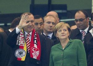 Är ense. Tyska förbundskanslern Angela Merkel och Turkiets premiärminister Recep Erdogan tittar på en fotbollslandskamp och är ense om att tyskturkar behöver integreras bättre.foto: scanpix