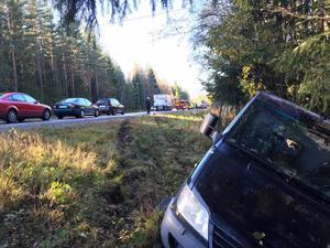 Olycksbilen färdades från Bollnäs mot Söderhamn och gick ner i diket på vägens vänstra sida.