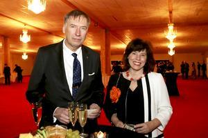 Landshövding Gunnar Holmgren kom till festen i sällskap med Ingrid Eiken.