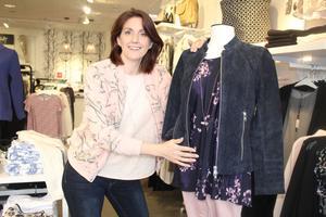 Carolin Johansson, butikschef på modebutiken Pagelle(Hantverkargatan 10) bär rosa finmönstrad bomberjacka. På skyltdockan visas blå skinnjacka och blå blommönstard masaitunika.