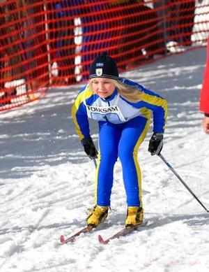 Defilerade in i mål. Kvarnsvedens Ida Nilsson gick ut som ledare på den sista sträckan i skicrosstafetten och hon behöll ledningen in i mål. En bra present på sin 13-årsdag. Ida vann även individuellt i just skicross.