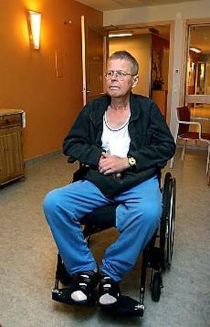 Foto: LEIF JÄDERBERGFörstående. Kurt Westerlund förstår varför läkarna på lungkliniken säger upp sig. Han har varit på avdelningen i fyra månader, och sett vilken stress och press läkare och sjuksköterskor utsätts för. � Ingen har tid att ta hand om patienterna längre, säger han.