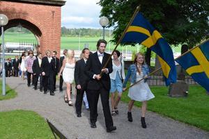 Sjöängsskolans elever på väg in i Landskyrkan.