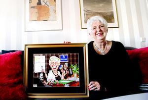 Åse Alm blev nyligen avtackad som pensionär. En present hon uppskattade mycket var karikatyren som tecknats av Hans Jax.