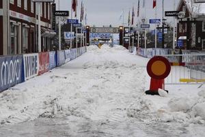 Stopp. På upploppet var fordonstrafik förbjuden och snölagret schaktades bort.