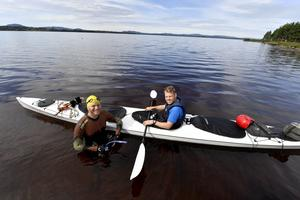 Mats Goldberg simmade 50 mil, hela Dalälven, i juli 2016. Här fotograferas han i Nusnäs den 19 juli, tillsammans med medpaddlaren Jesper Björling i kajaken.