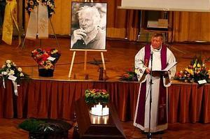 Härnösandsprästen Tommy Wadebäck ledde begravningsgudstjänsten i Sundsvalls stadshus. Minnesstunden hölls delvis på franska och latin.