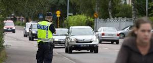 FARTKONTROLL. Polisen Daniel Olsson stod i går förmiddags på Parkvägen och kollade att bilisterna inte körde för fort på 30-sträckan vid Solängsskolan. I samband med skolstarten kommer trafik- och ordningspoliser att dyka upp vid flera skolor för att kontrollera trafiken.