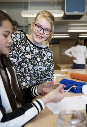Amanda Ryberg och Liv Jerkersdotter diskuterar nästa slöjdprojekt på Höglundaskolan.