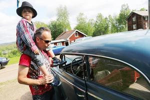 Bilarna tilldrog sig också ett intresse. Patrik Hermansson, här med sonen Vilgot, åkte till Kolsätt i sin Alfetta från 77. Men det här är en