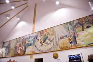 På plats vid Biograf-Teaterns utbyggda del intill foajén. Här är väggmålningen väl synlig.